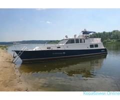 Прогулки по реке на большой моторной яхте